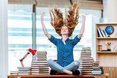 Η νέα γυναίκα σπουδαστής που προετοιμάζεται για τους διαγωνισμούς Στοκ Εικόνες