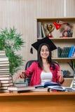 Η νέα γυναίκα σπουδαστής που προετοιμάζεται για τους σχολικούς διαγωνισμούς κολλεγίων Στοκ εικόνα με δικαίωμα ελεύθερης χρήσης