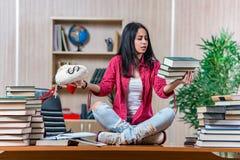 Η νέα γυναίκα σπουδαστής που προετοιμάζεται για τους σχολικούς διαγωνισμούς κολλεγίων Στοκ Φωτογραφίες