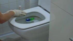 Η νέα γυναίκα στα άσπρα γάντια πλένει την τουαλέτα απόθεμα βίντεο