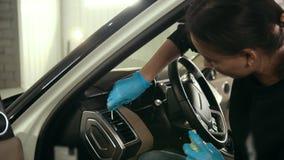 Η νέα γυναίκα στα μπλε γάντια καθαρίζει το εσωτερικό του αυτοκινήτου για την πολυτέλεια SUV, πυροβολισμός ολισθαινόντων ρυθμιστών φιλμ μικρού μήκους
