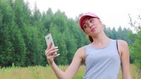 Η νέα γυναίκα στην ΚΑΠ κάνει selfie στο καλοκαίρι στο δάσος φιλμ μικρού μήκους