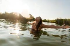 Η νέα γυναίκα στη λίμνη με τα όπλα Στοκ Φωτογραφίες