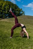 η νέα γυναίκα στη γέφυρα θέτει την άσκηση Στοκ φωτογραφία με δικαίωμα ελεύθερης χρήσης