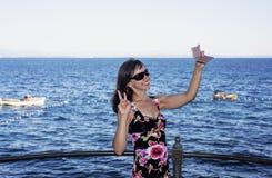 Η νέα γυναίκα στη θάλασσα κόστισε την ηλιόλουστη θερινή ημέρα στοκ εικόνες