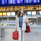 Η νέα γυναίκα στο διεθνή αερολιμένα, πηγαίνει στην πύλη στοκ εικόνες