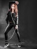 Η νέα γυναίκα στο Μαύρο ντύνει με μια αλυσίδα Στοκ Εικόνα