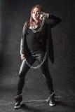 Η νέα γυναίκα στο Μαύρο ντύνει με μια αλυσίδα Στοκ φωτογραφία με δικαίωμα ελεύθερης χρήσης