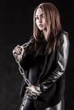 Η νέα γυναίκα στο Μαύρο ντύνει με μια αλυσίδα Στοκ εικόνα με δικαίωμα ελεύθερης χρήσης