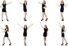 Η νέα γυναίκα στο μαύρο φόρεμα που πιέζει το εικονικό κουμπί στοκ φωτογραφία