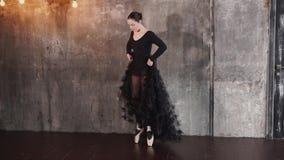 Η νέα γυναίκα συμμετέχει στους χορούς χορού, εκπαιδεύει τις μετακινήσεις στα pointes φιλμ μικρού μήκους