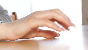 Η νέα γυναίκα τρυπά τα δάχτυλά της απόθεμα βίντεο