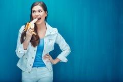 Η νέα γυναίκα τρώει την μπανάνα προκειμένου να αισθανθεί ευτυχής Στοκ Εικόνες