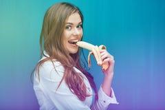 Η νέα γυναίκα τρώει την μπανάνα προκειμένου να αισθανθεί ευτυχής Στοκ εικόνες με δικαίωμα ελεύθερης χρήσης
