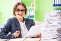Η νέα γυναίκα υπάλληλος πολύ πολυάσχολος με την τρέχουσα γραφική εργασία στοκ φωτογραφίες