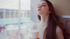 Η νέα γυναίκα φαίνεται έξω το παράθυρο απόθεμα βίντεο