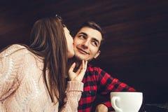 Η νέα γυναίκα φιλά το φίλο της στον καφέ πρόγευμα ρομαντικό Στοκ φωτογραφίες με δικαίωμα ελεύθερης χρήσης