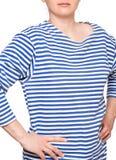 Η νέα γυναίκα φορά το μακρύ sleeved ριγωτό πουκάμισο ναυτικών telnyashka ρωσικό Στοκ Εικόνα