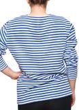 Η νέα γυναίκα φορά το μακρύ sleeved ριγωτό πουκάμισο ναυτικών telnyashka ρωσικό Στοκ Φωτογραφίες