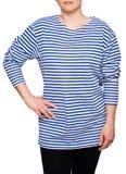 Η νέα γυναίκα φορά το μακρύ sleeved ριγωτό πουκάμισο ναυτικών telnyashka ρωσικό Στοκ φωτογραφία με δικαίωμα ελεύθερης χρήσης