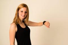 Η νέα γυναίκα φορά το ρολόι της Apple Στοκ εικόνα με δικαίωμα ελεύθερης χρήσης