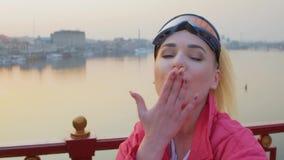 Η νέα γυναίκα φυσά ένα φιλί απόθεμα βίντεο