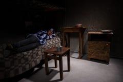 Η νέα γυναίκα φυλακισμένος που φορά τη φυλακή ομοιόμορφη έχει χάσει στη σκέψη Στοκ Εικόνα