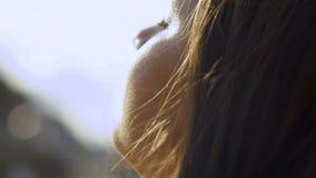 Η νέα γυναίκα χαλαρώνει στη θάλασσα αναπνέει το καθαρό αέρα απόθεμα βίντεο