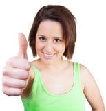 Η νέα γυναίκα χαμογελά και φυλλομετρεί επάνω Στοκ Εικόνα
