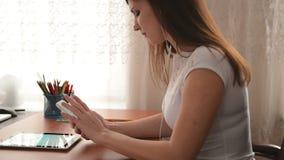 Η νέα γυναίκα χρησιμοποιεί ένα iPhone 6 φιλμ μικρού μήκους