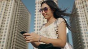 Η νέα γυναίκα χρησιμοποιεί το παλαιό σπασμένο κινητό τηλέφωνο με τις καθυστερήσειση απόθεμα βίντεο