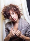Η νέα γυναίκα Flirty αισθάνεται αρκετά Στοκ Φωτογραφίες