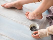 Η νέα γυναίκα smiley χαλαρώνει στο σπίτι και πίνει τον ευώδη καφέ Στοκ Εικόνα