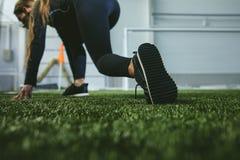 Η νέα γυναίκα sportswear συμμετέχει στο αθλητικό στάδιο κοντά στοκ φωτογραφία