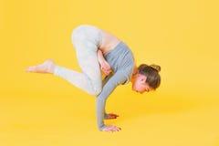 Η νέα γυναίκα yogini που κάνει τον κόρακα θέτει Στοκ φωτογραφία με δικαίωμα ελεύθερης χρήσης