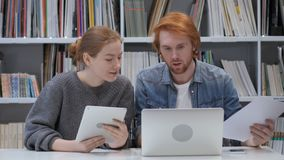 Η νέα δημιουργική ομάδα έχει μια συνομιλία στην αρχή για την εργασία απόθεμα βίντεο