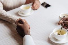 Η νέα εκμετάλλευση ζευγών αφροαμερικάνων παραδίδει τον καφέ στοκ εικόνα