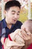 Η νέα εκμετάλλευση μπαμπάδων διασκεδάζει το μωρό του Στοκ φωτογραφία με δικαίωμα ελεύθερης χρήσης