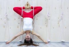 Η νέα ελκυστική έννοια γιόγκας άσκησης γυναικών γιόγκη, που στέκεται στην παραλλαγή της άσκησης Pincha Mayurasana, handstand θέτε στοκ εικόνες
