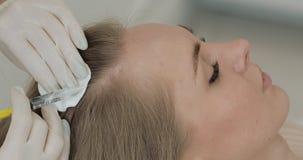 Η νέα ελκυστική γυναίκα λαμβάνει mesotherapy για την τρίχα Το κορίτσι λαμβάνει μια έγχυση στο κεφάλι o απόθεμα βίντεο