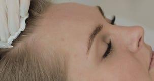 Η νέα ελκυστική γυναίκα λαμβάνει mesotherapy για την τρίχα Το κορίτσι λαμβάνει μια έγχυση στο κεφάλι o φιλμ μικρού μήκους