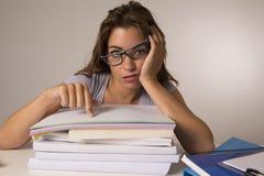 Η νέα ελκυστική και όμορφη κουρασμένη κλίση κοριτσιών σπουδαστών στα σχολικά βιβλία συσσωρεύει τον ύπνο που κουράζεται και που εξ Στοκ Εικόνες