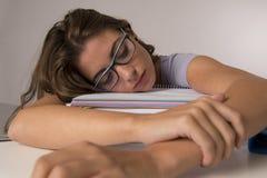 Η νέα ελκυστική και όμορφη κουρασμένη κλίση κοριτσιών σπουδαστών στα σχολικά βιβλία συσσωρεύει τον ύπνο που κουράζεται και που εξ Στοκ εικόνες με δικαίωμα ελεύθερης χρήσης