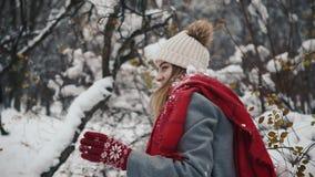 Η νέα ενεργός γυναίκα ρίχνει τη χιονιά στη κάμερα που έχει τη διασκέδαση υπαίθρια κατά τη διάρκεια του χειμώνα απόθεμα βίντεο