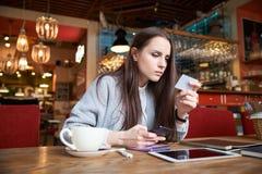 Η νέα επιτυχής ελκυστική μοντέρνη γυναίκα κάνει την πληρωμή από την κάρτα στοκ εικόνα με δικαίωμα ελεύθερης χρήσης