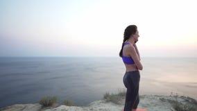 Η νέα επιτυχής επιχειρησιακή γυναίκα σε μια αθλητικές κορυφή και τις περικνημίδες απαντά στα τηλεφωνήματα εκπαιδευτική σε έναν απ απόθεμα βίντεο
