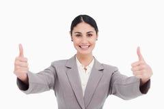 Η νέα επιχειρηματίας με ένα δόσιμο χαμόγελου φυλλομετρεί επάνω στοκ φωτογραφία με δικαίωμα ελεύθερης χρήσης