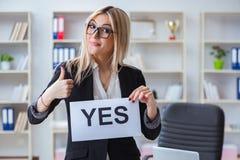 Η νέα επιχειρηματίας με το μήνυμα στο γραφείο στοκ φωτογραφίες