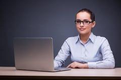 Η νέα επιχειρηματίας με το lap-top στο γραφείο της Στοκ φωτογραφία με δικαίωμα ελεύθερης χρήσης