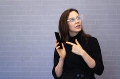 Η νέα επιχειρηματίας παρουσιάζει κάτι στο τηλέφωνο στοκ φωτογραφίες